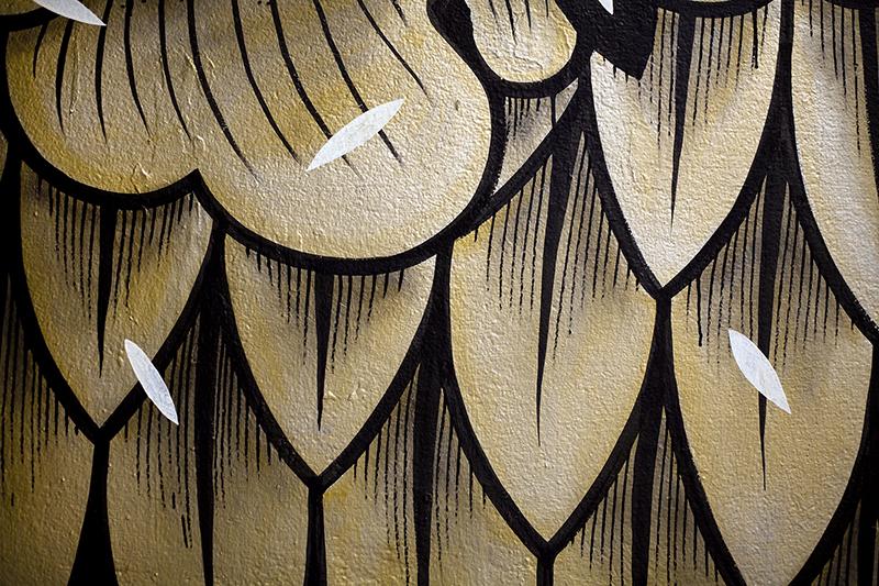 Bask in the Sun et Supakitch collaborent pour la réalisation d'un tee shirt et d'un sweat shirt exclusifs disponibles dans la collection AUTOMNE HIVER 2016. L'artiste est photographié pendant la réalisation d'une œuvre dans le cadre de l'exposition collective Colorama pendant l'été 2016 à Biarritz. Photo : © La Chambre Photographique